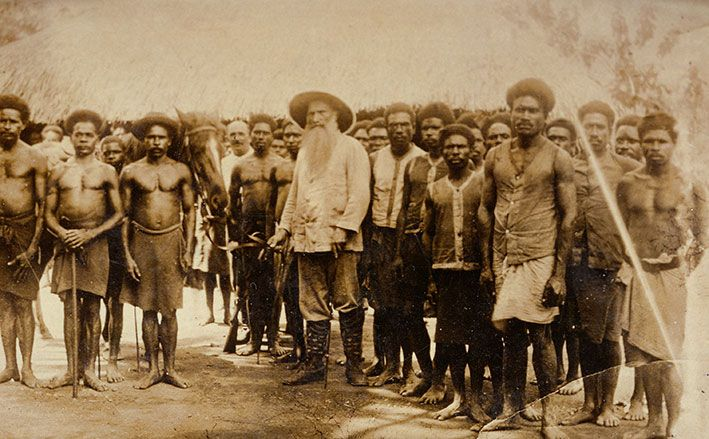 Johann Flierl mit einer Gruppe Einheimischer in Papua-Neuguinea