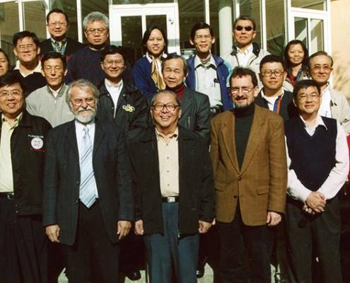 Im Jahr 2003 war Bischof Gideon Chang (vordere Reihe Mitte) mit einer Besuchergruppe aus Malaysia im damaligen Missionswerk (heute Mission EineWelt) zu Gast. Links von ihm steht Pfarrer Gernot Fugmann, der den Nachruf geschrieben hat © Gerlinde Grossmann