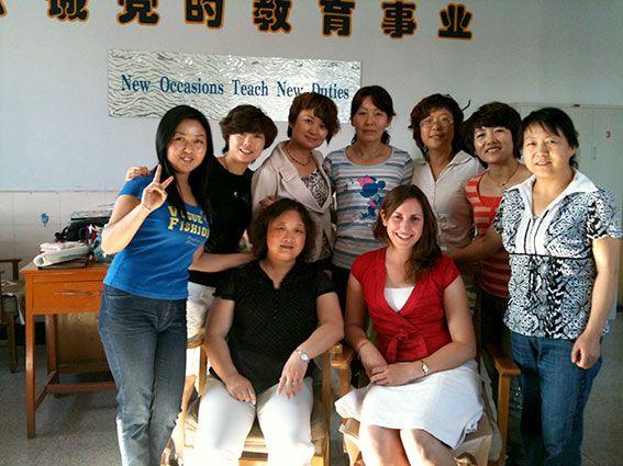Freiwillige unterstützt Lehrerinnen in Asien beim Unterrichten