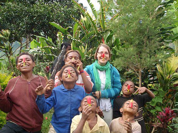 Freiwillige in Papua-Neuguinea mit einer Gruppe von Kindern