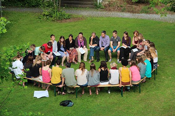 Die Freiwilligen bereiten sich in der Gruppe auf Ihren Auslandseinsatz vor, IEF-Seminar