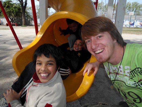 Gemeinsam mit Jugendlichen vor Ort auf dem Spielplatz