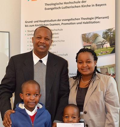 Emmanuel Kileo mit Familie bei der Verleihung des Doktortitels