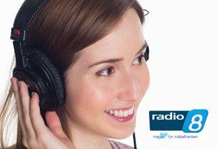 Frau mit Kopfhörern hört die Telefonandachten