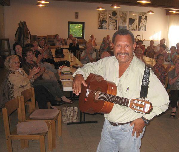 Bernard Kaisom aus Papua-Neuguinea stellt bei seinen Besuchen in den Gemeinden traditionelle und moderne Musik des Landes vor, Teaching Preaching-Programm