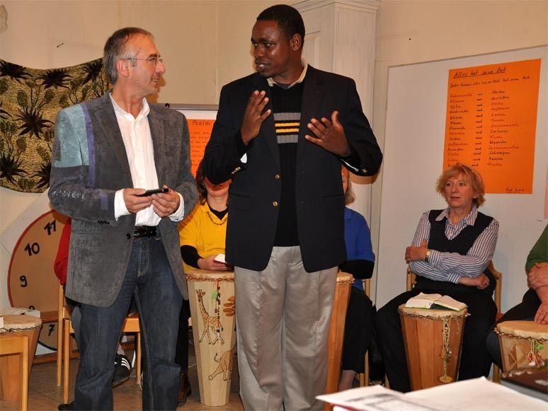 Diakon Kaaya aus Tansania erzählt in verschiedenen Gemeinden von seiner Arbeit, Teaching Preaching-Programm