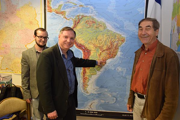 Dr. Claus Schwambach, Direktor der lutherischen Hochschule in Sao Bento (mitte) im Gespräch mit Pfarrer Alexander Stahlhöfer (links) und Lateinamerika-Referent von Mission EineWelt, Hans Zeller (rechts)