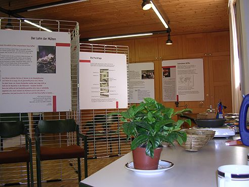 An den Metallaufstellern werden die Informationstafeln befestigt.
