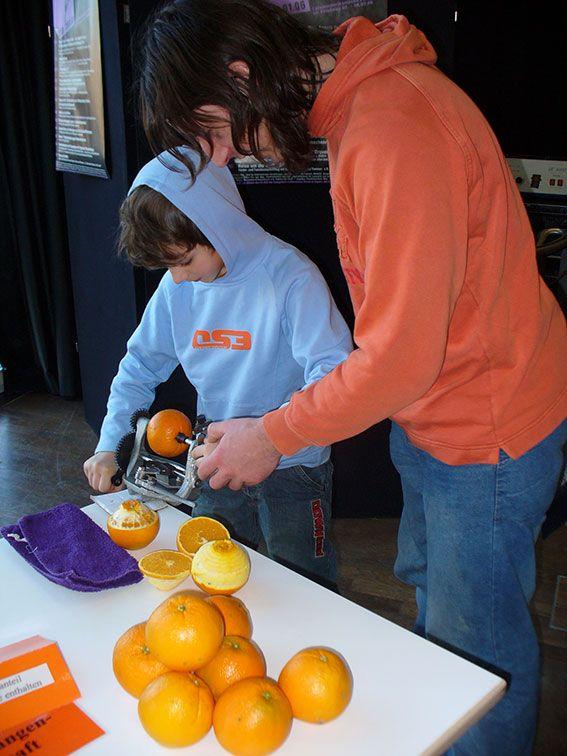 Auspressen der Orangen für frischen Saft