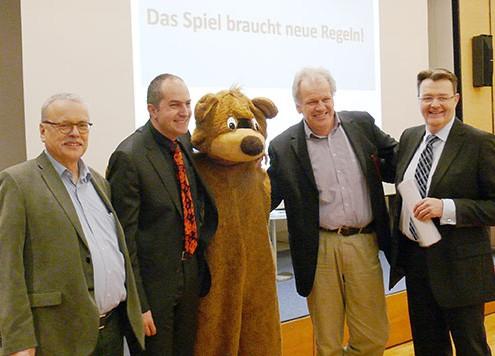 Uwe Kekeritz(Grüne), Harald Bolsinger (Moderator), Harald Weinberg (Linke), Michael Frieser (CSU) nach der Podiumsdiskussion in Nürnberg © Hans-Martin Haas, MEW