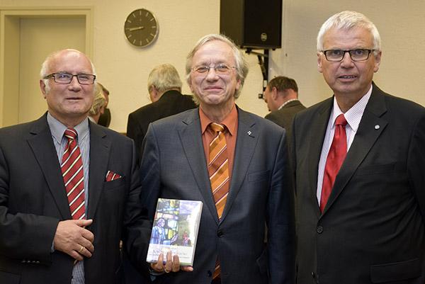 Dr. Hermann Vorländer gemeinsam mit Martin Backhouse, Leiter des Erlanger Verlags, und Altbischof Dr. Johannes Friedrich. © Peter Weigand, MEW