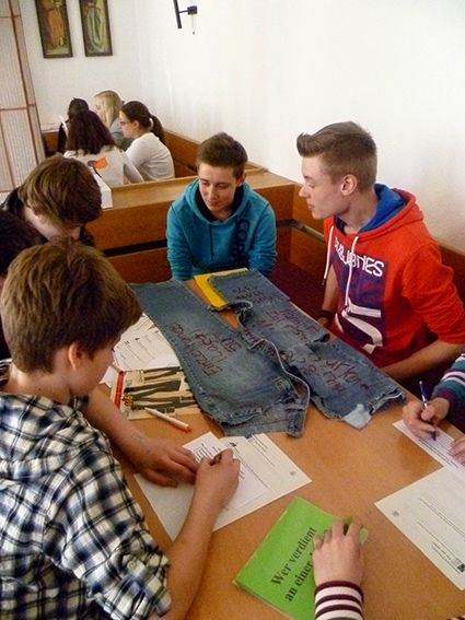 Globalisierung im Kleiderschrank - Jugendliche diskutieren über die Herstellung einer Jeans