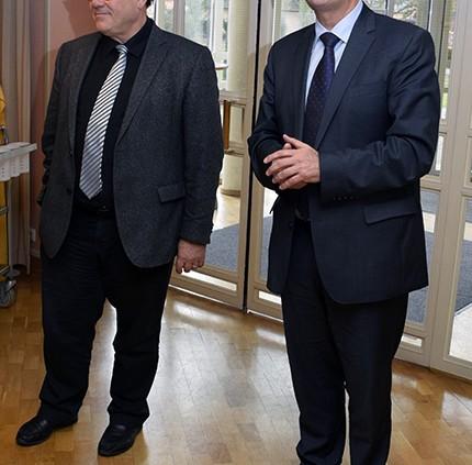 Oberkirchenrat Michael Martin (rechts) und Direktor Peter Weigand beim Grußwort vor den Mitarbeitenden von Mission EineWelt. © MEW/Neuschwander-Lutz