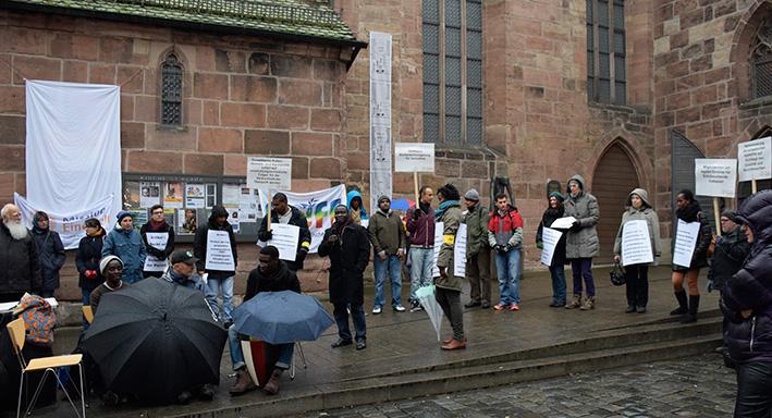 Bei widrigem Wetter demonstrierten ein ökumenischer Zusammenschluss von Organisation für eine Asyl- und Migrationspolitik, die sich an den Menschenrechten orientiert. © MEW/Schlicker