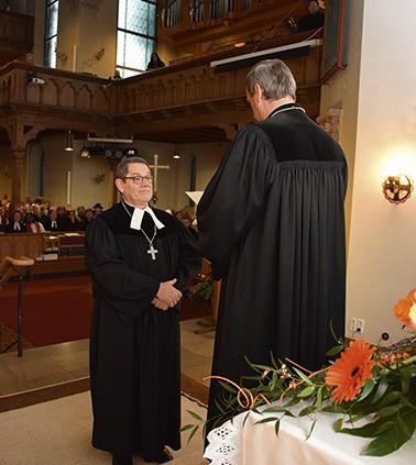 Oberkirchenrat Michael Martin entpflichtet Peter Weigand von seinen Aufgaben. © MEW/Neuschwander-Lutz