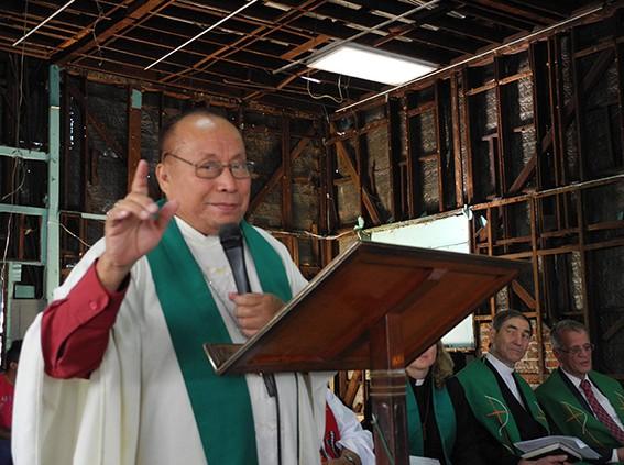 Bischof Medardo Gomez sieht sich in der Tradition des ermordeten Erzbischof Romero. Rechts unten Lateinamerikareferent Zeller und Fritz Schroth von der bayerischen Landessynode.