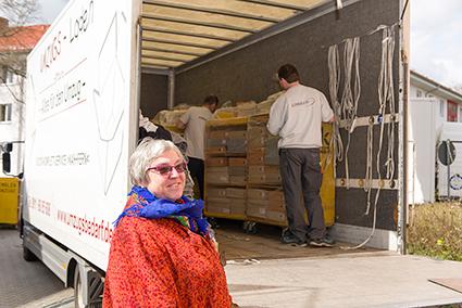 Die Archivarin von Mission EineWelt, Brigitte Hagelauer, hat in jahrelanger Arbeit das Archivgut gesichtet und erfasst. © MEW/Ermann