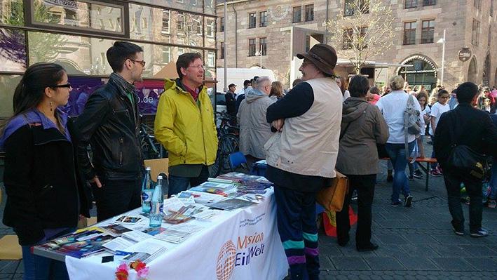 Mission EineWelt war mit einem Informationsstand beim Straßenfest in Nürnberg vertreten. © MEW/Lwakatare