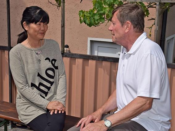 Linda Wong im Gespräch mit Diakon Gerhard Stahl. Foto: MEW/Neuschwander-Lutz