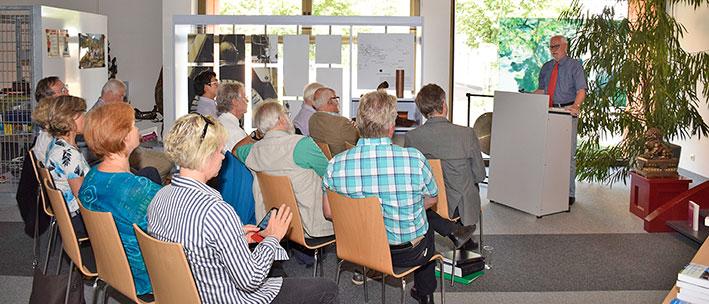 Dr. Malte Rhinow bei der Präsentation seines Buches