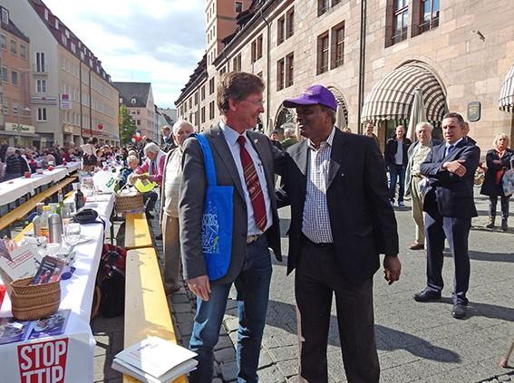 Jürgen Bergmann, Referatsleiter bei Mission EineWelt, im Gespräch mit dem Preisträger A,irul Haque Amin bei der Friedenstafel 2015 © MEW