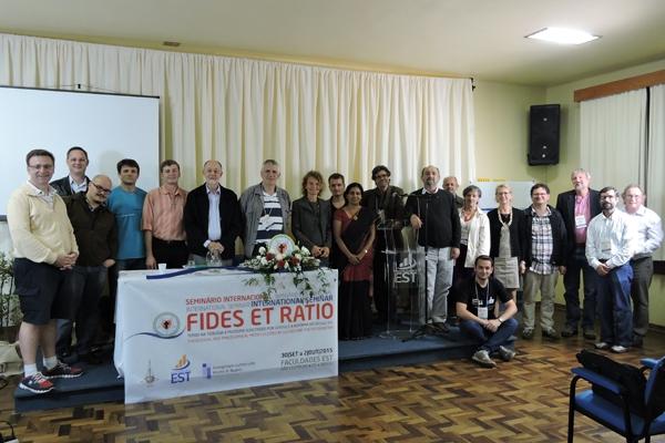 Vortragende der internationalen Konferenz zu Glaube und Vernunft an der theologischer Hochschule in Sao Leopoldo/Brasilien. Claudia Jahnel, Mission EineWelt, 8. Person von links © http://www.est.edu.br