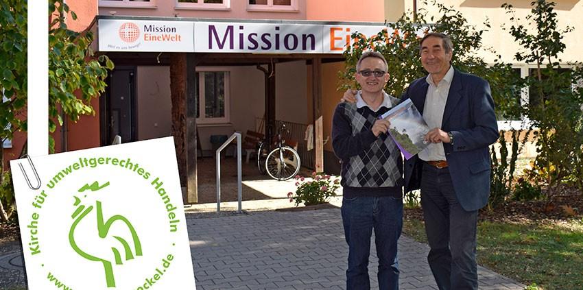 Emilio Voigt aus Brasilien und Hans Zeller, Lateinamerikareferent von Mission EineWelt, im Gespräch © MEW/Schlicker