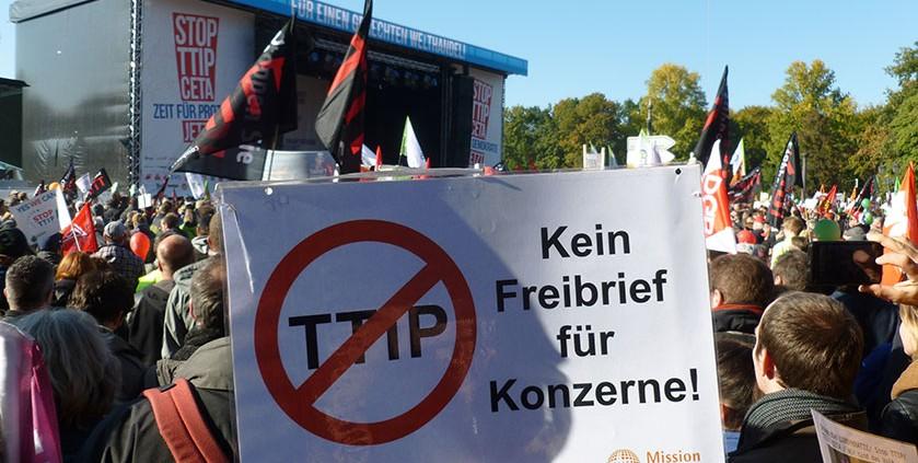 Mission EineWelt live bei der TTIP & CETA stoppen - für einen gerechten Welthandel - Demo am 10.10. 15 in Berlin © MEW / Voltz