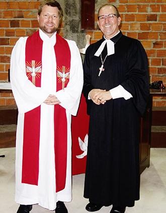 Pfarrer Hannes Kühn mit Synodalpfarrer Joaninho Borchardt. © MEW/Zeller