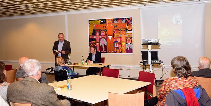 Tillmann Prüfer (am Tisch) und Manfred Scheckenbach, Tansaniareferent von Mission EineWelt (stehend) © Schlicker/MEW
