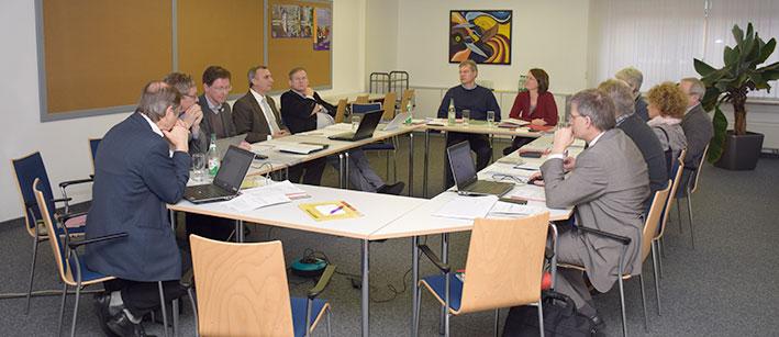 Oberkirchenrat Michael Martin (4.v.r.) im Gespräch mit den Mitgliedern des Kollegiums von Mission EineWelt. © MEW/Neuschwander-Lutz