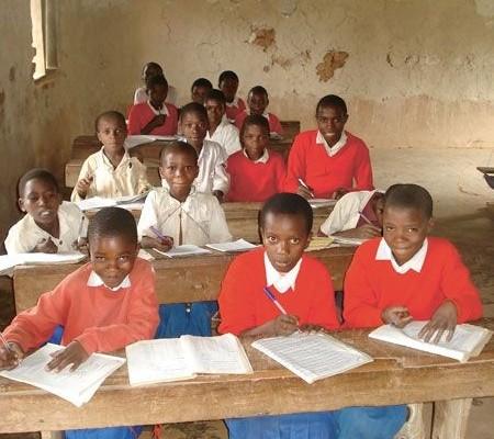 Die Kinder in der Schule lernen fleißig – Bildung schafft neue Zukunftschancen
