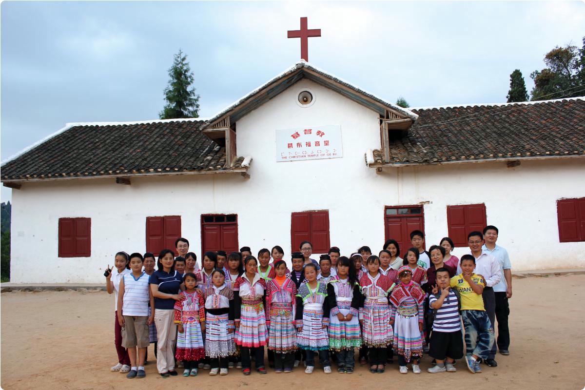 Kirche mit Gemeinde © Amity Foundation