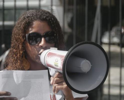 Eine Brasilianerin demonstriert gegen Korruption und Gewalt sowie falsche Investitionen