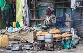 Frau im Slumviertel beim Kochen, Kenia