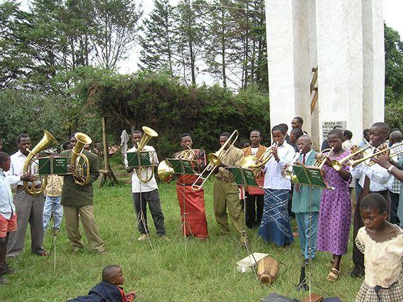 Gottesdienst mit Posaunenchor in Tansania