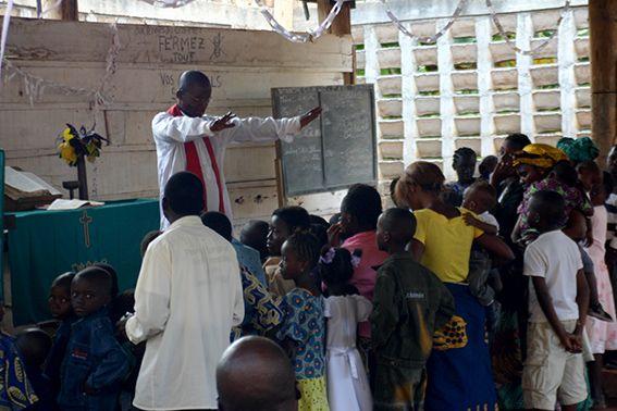 Kinder werden gesegnet im Gottesdienst, Kongo