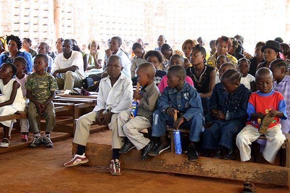 Kinder und Erwachsene im Gottesdienst im Kongo