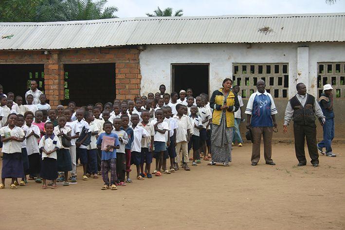 Schüler vor ihrer Schule im Kongo