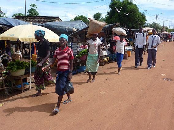 Belebte Straßen mit Verkaufsständen in Mosambik © MEW/Weigand