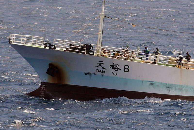 Piraten entführen Boote und halten die Besatzung als Geiseln