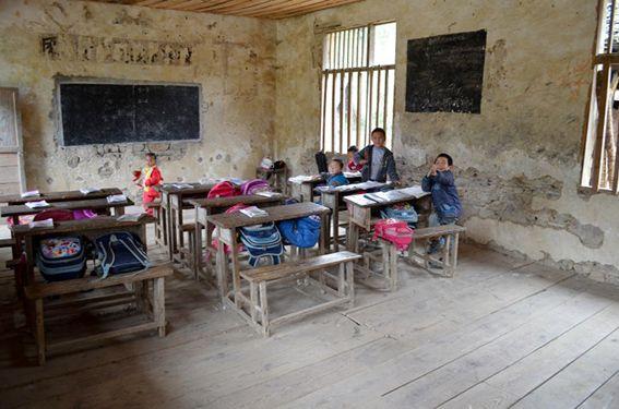 Kinder in der Schule – Das Gebäude wurde mit Hilfe der Amity Foundation wieder errichtet © MEW/Lachmann