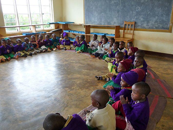 Die Kinder sitzen gemeinsam im Kreis und lernen © MEW/Scheckenbach