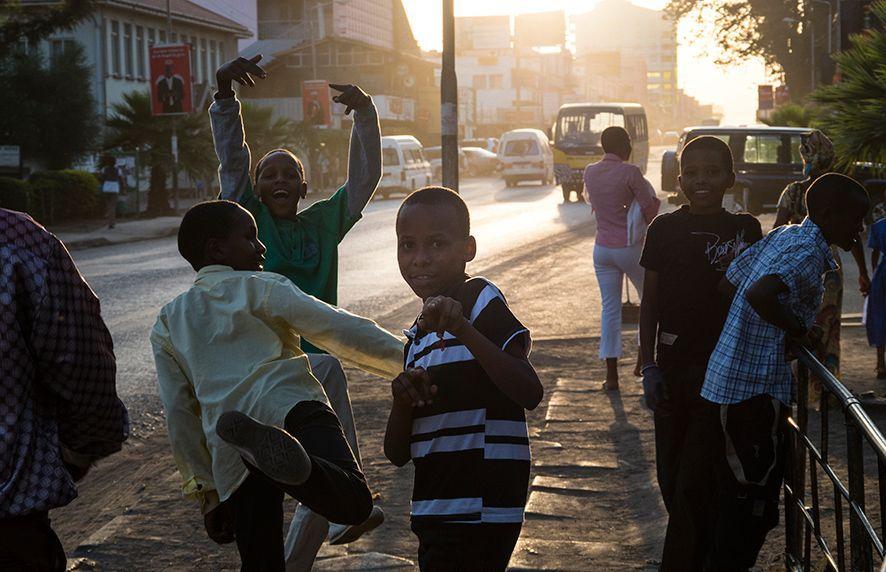 Kinder beim Spielen auf der Straße, Tansania