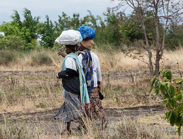 Frauen beim Wasserschleppen, Tansania
