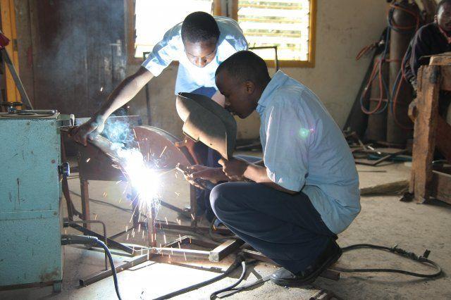 Schweißarbeiten in der Metallwerkstatt, URRC Tansania