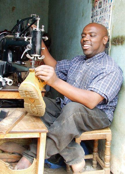 Raphael, ehemaliger Schüler des URRC, ist heute erfolgreich als Schuster