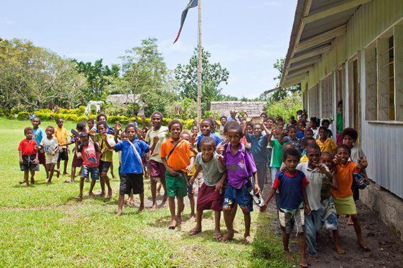Die Schulkinder genießen die Pause, PNG