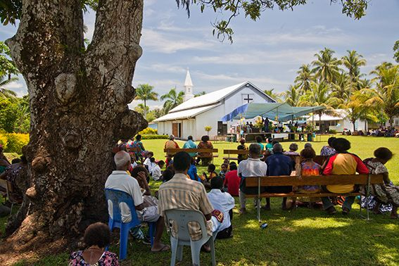 Gottesdienstbesucher sitzen im Freien, PNG