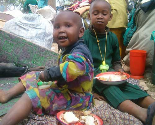 Kenianische Kinder beim Essen